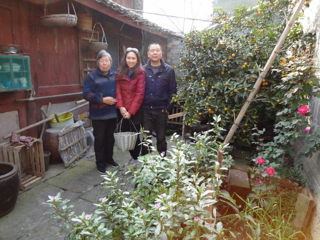 筆者帶女兒回寧波祖居的大宅院。