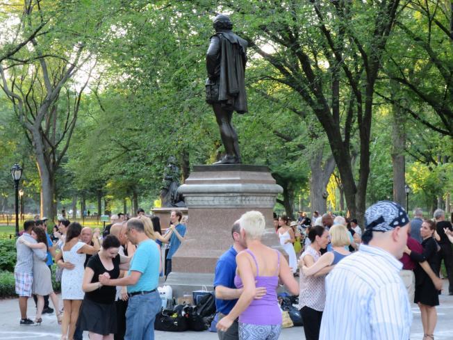 紐約市中央公園莎士比亞銅像處,夏日黃昏有阿根廷探戈舞的露天派對。