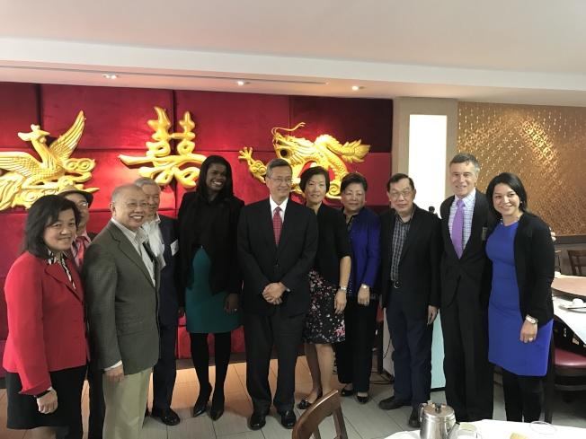 芝城華商會會長徐佐寰(右六)與董事們,感謝福克斯(右七)到華埠分享工作計畫與目標。(記者黃惠玲/攝影)