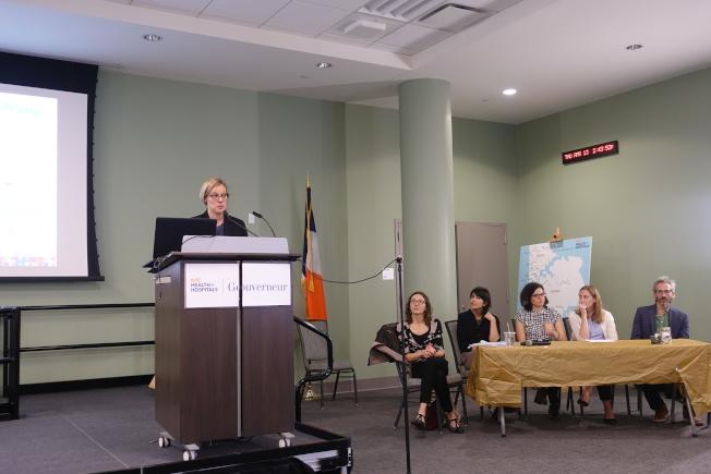 Matilde Roman(發言者)等人講解移民資源。(記者金春香/攝影)