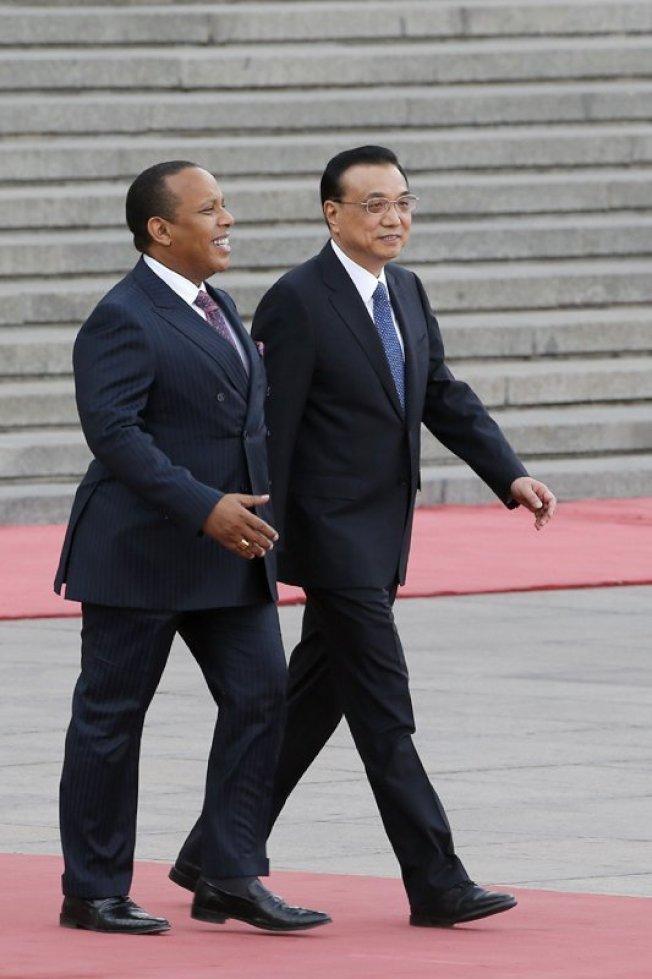 去年12月與台灣斷交轉向北京後,聖多美普林西比總理特羅瓦達12日風光訪問北京,李克強在北京人民大會堂東門外廣場為特羅瓦達舉行歡迎儀式。(取自中國政府網)