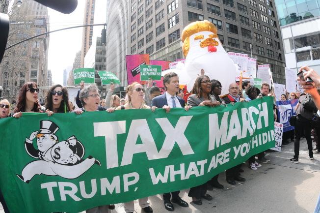 大批民眾15日在曼哈頓遊行,高呼口號要川普公布稅表。(記者許振輝/攝影)