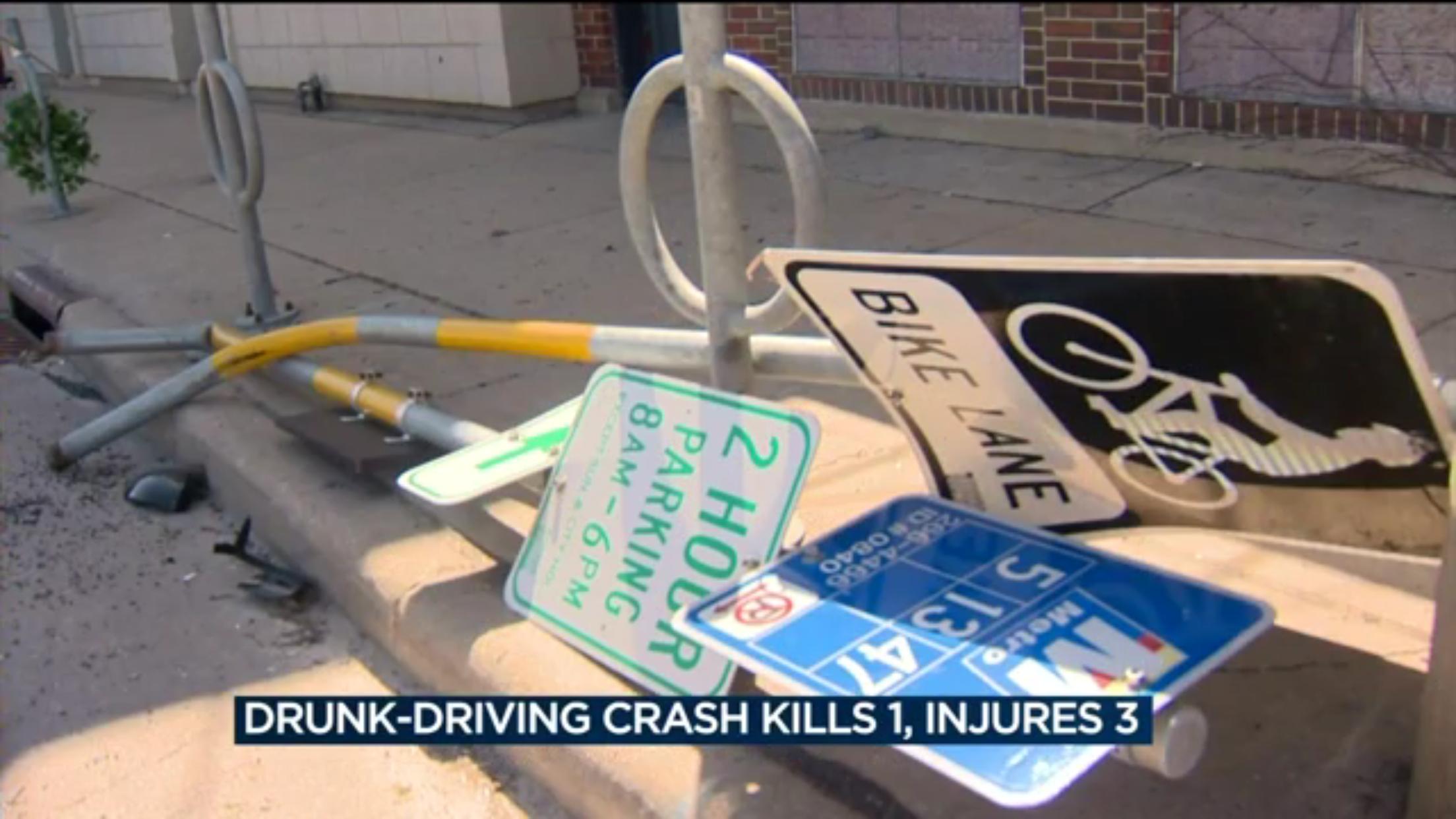 疑喝酒開車的駕駛,撞上女學生後,還撞倒多個路標。(WISC新聞視頻截圖)