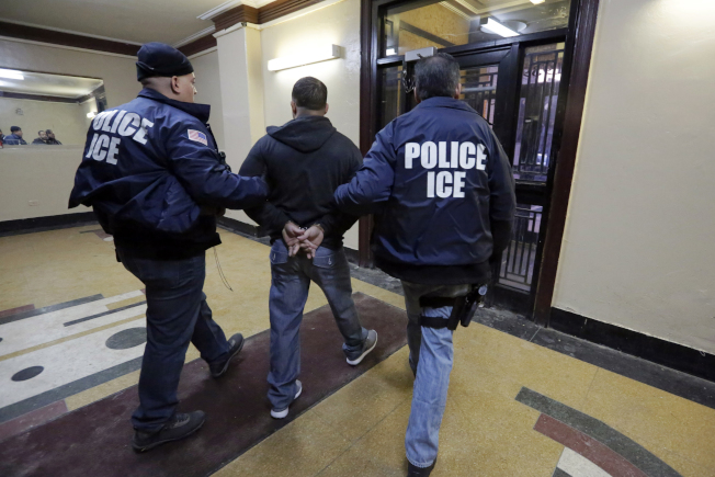 川普總統上任後,移民及海關執法局(ICE)逮捕的無證移民增多一倍。(美聯社)