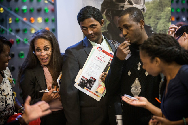 川普最新的行政令,讓印度申請者為主的外包公司受重大打擊。圖為求職者在紐約市一場就業博覽會找工。(Getty Images)