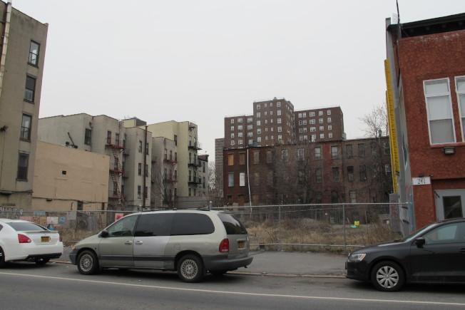 哈林區西126街263-267號空地,將建可負擔住房。(記者金春香/攝影)