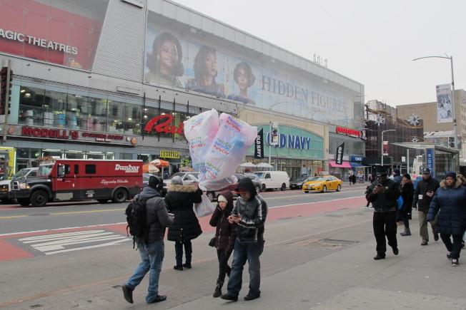 哈林區西126街263-267號可負擔住房周圍人煙旺盛,店面林立。(記者金春香/攝影)