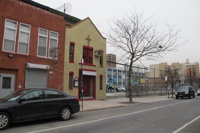 哈林區西126街263-267號可負擔住房旁有兩座教堂。(記者金春香/攝影)
