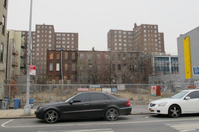 哈林區西126街263-267號空地將建可負擔住房。(記者金春香/攝影)