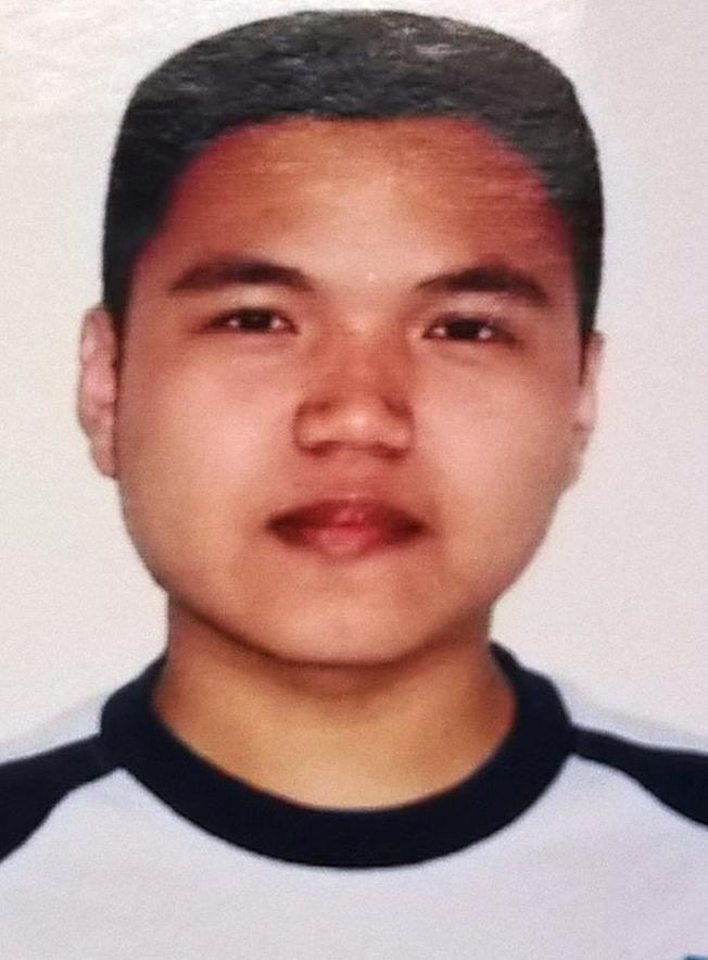 家住皇后區可樂娜(Corona)的26歲華裔男子劉奇(Qi Liu,音譯),13日晚離家出走後迄今未歸、下落不明,警方日前已立案,19日請民眾協尋。  根據警方消息,劉奇住在可樂娜37大道100-05號的公寓樓,家中監控錄像顯示,13日晚6時11分他從家中出走,身分證件、手機、錢包都沒帶。劉奇身高約5呎2吋,體重約120磅,棕色眼睛,黑色頭髮,講國語和英語,離家時身穿深藍色上衣、黑褲,背黑色背包。  警方呼籲民眾看到與照片特徵類似者,立刻撥打止罪熱線(800)577-TIPS(8477),也可登錄止罪網站:www.nypdcrimestoppers.com,或透過手機發消息至274637(CRIMES),然後輸入TIP577,消息來源保密。  (圖:警方提供,文:記者朱蕾)