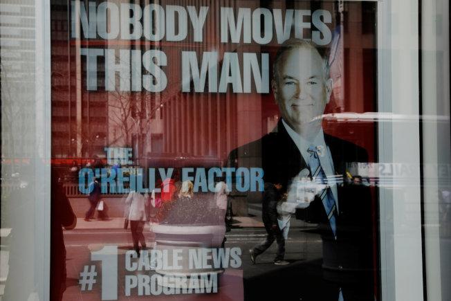 歐萊利被開除後,福斯新聞的櫥窗內還掛著海報稱「此人無可替代」。(路透)