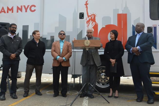 社區領袖、民眾代表及市府官員到場支持紐約市民卡服務,右二為阿佳瓦。(記者牟蘭/攝影)