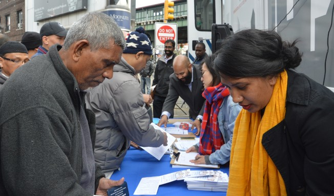 百餘民眾擠爆傑克森高地多元廣場,申請紐約市民卡。(記者牟蘭/攝影)