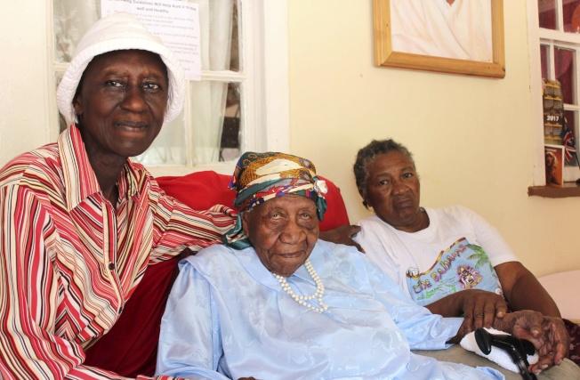 牙買加人布朗瑞(中)以超過117歲高齡,可望成為全球仍在世的最高齡者。(美聯社)