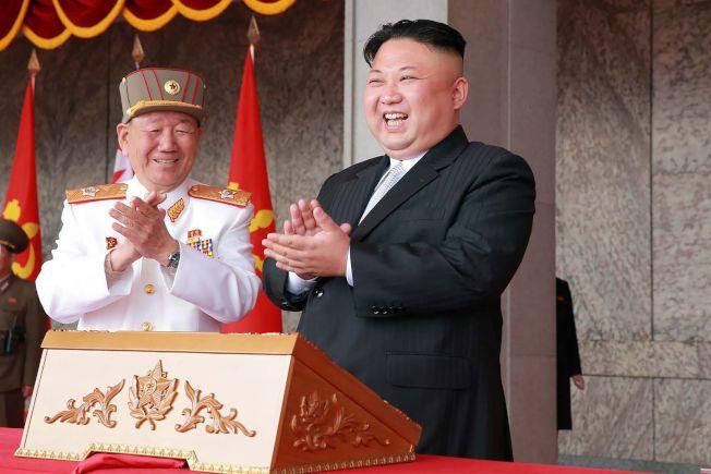 北韓領導人金正恩(右)的髮型據說是向祖父金日成致敬。(Getty Images)
