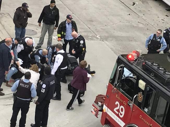 芝加哥華埠日前發生嚴重事故,消防隊正對二名受傷警員進行搶救。(讀者提供)