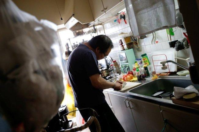 53歲的經部昭博跟父親同住在日野市的國宅。 路透