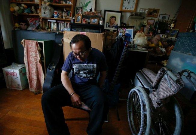 53歲的經部昭博原本在廣告業有不錯的收入,10年前罹患帕金森氏症,被迫辭職回家跟父親同住。 路透