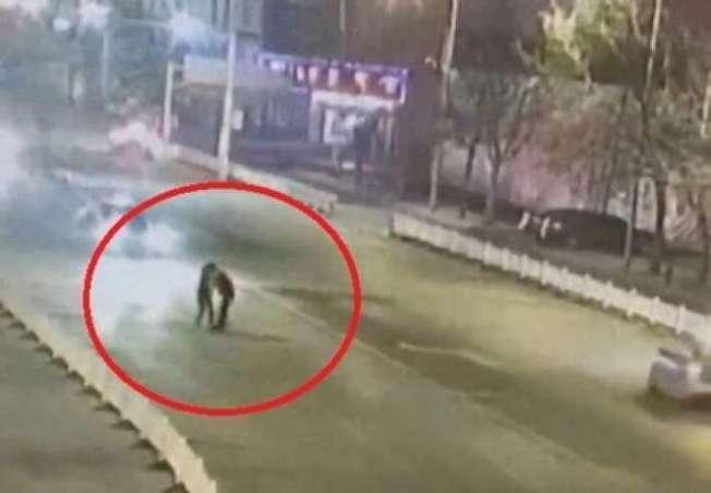 一對情侶深夜在大馬路中央擁吻,遭酒駕男撞飛,一死一傷。圖/擷取自YouTube