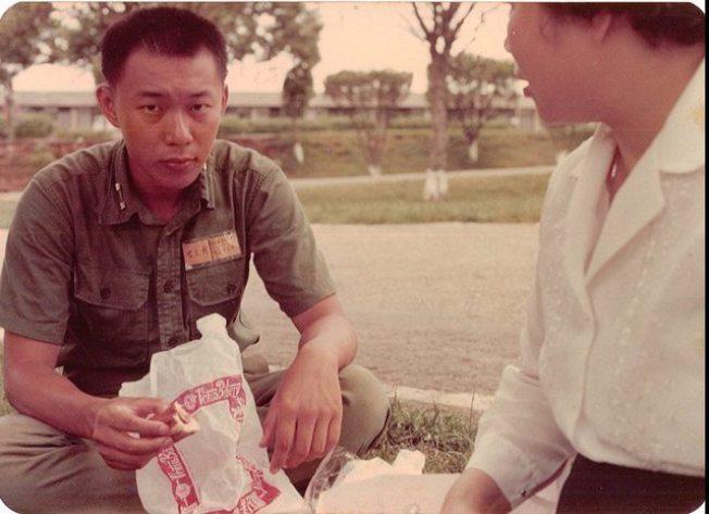 不少網友稱讚柯文哲(左)年輕時很帥氣。圖/柯文哲臉書