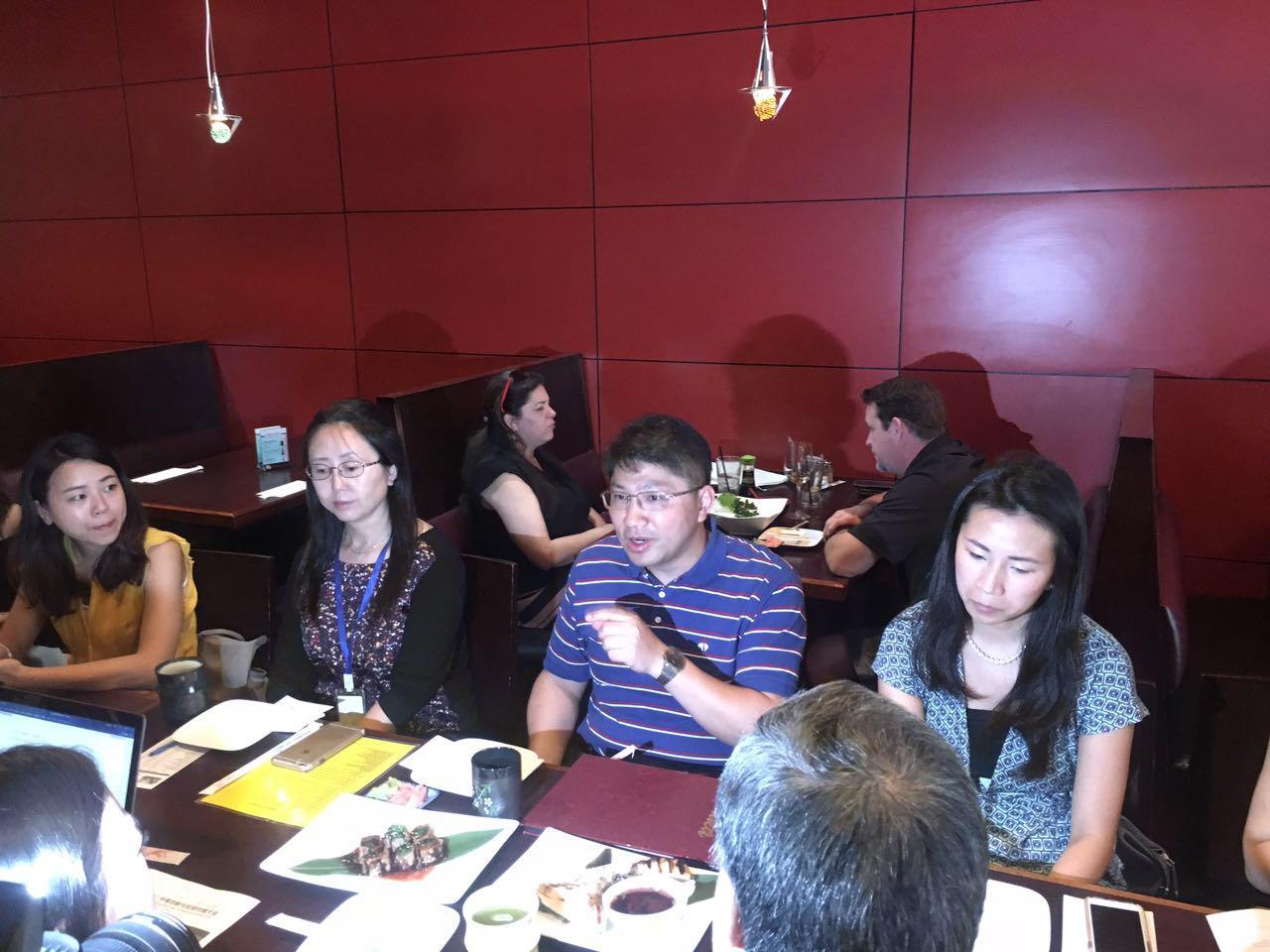 中國駐休士頓總領館科技參贊陳宏生(右二)、美中創新聯盟秘書長張芃(右一)說明第二屆中美創新與投資對接大會詳情。(記者陳開/攝影)