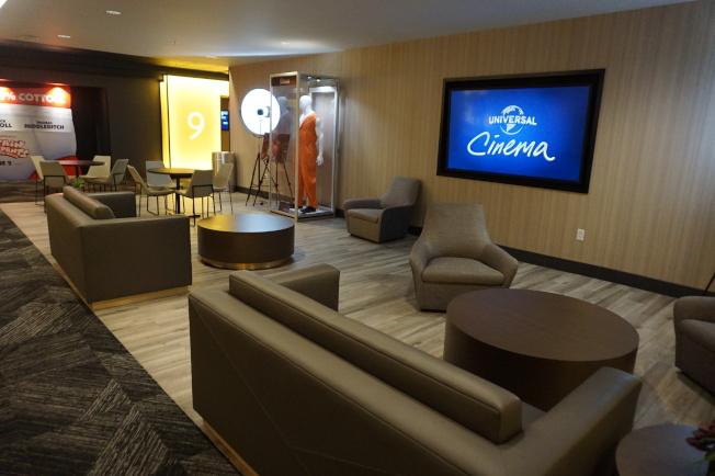 影院中有沙發、電視和電影服裝道具展示。(記者馬雲/攝影)