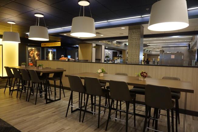 影院中有咖啡廳和座椅。(記者馬雲/攝影)