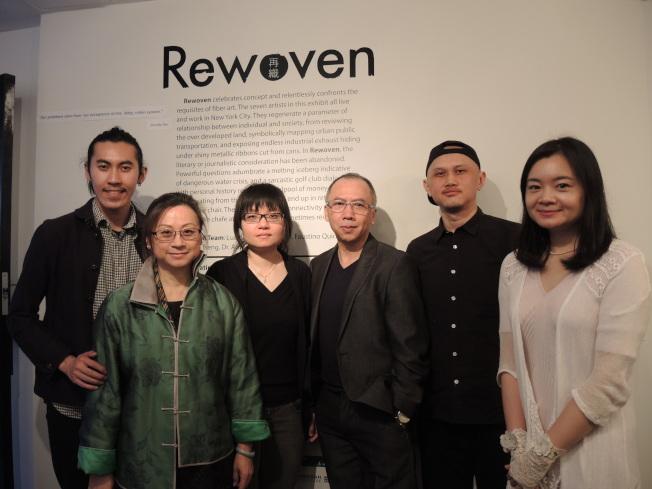 台美文藝協會贊助主辦的「再織」,展出七位紐約藝術家的作品。圖為李美華(左二)和五位華裔藝術家。(記者王靖雯/攝影)