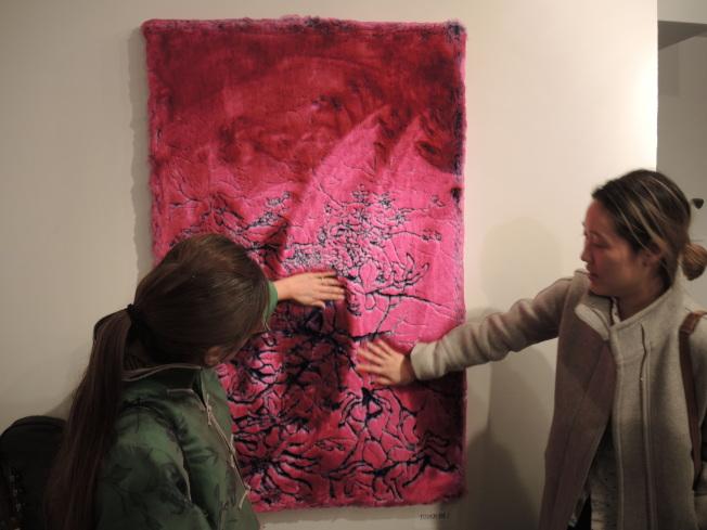 藍巧茹的作品可觸摸的「花山」(Floral Mountain),雙色設計讓藝術品能與人互動。(記者王靖雯/攝影)