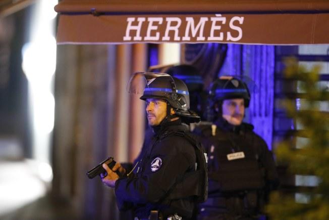 恐襲地點附近也是購物區,圖為法國警察在名店街警戒。(歐新社)