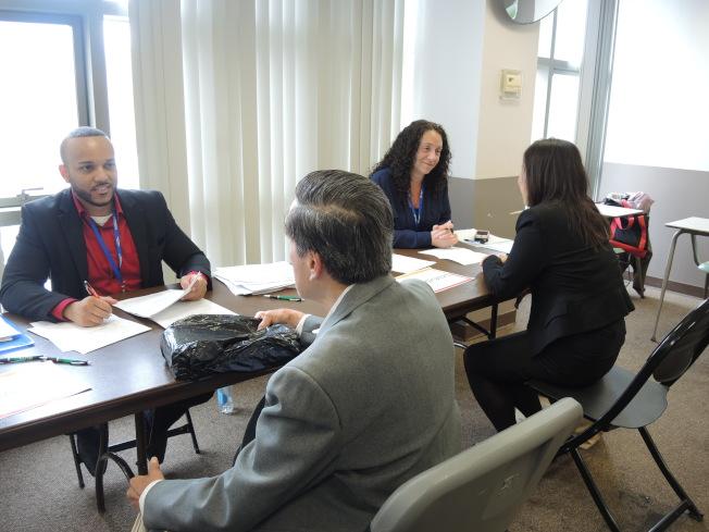 華裔求職者在招聘會現場面試。(記者朱蕾/攝影)