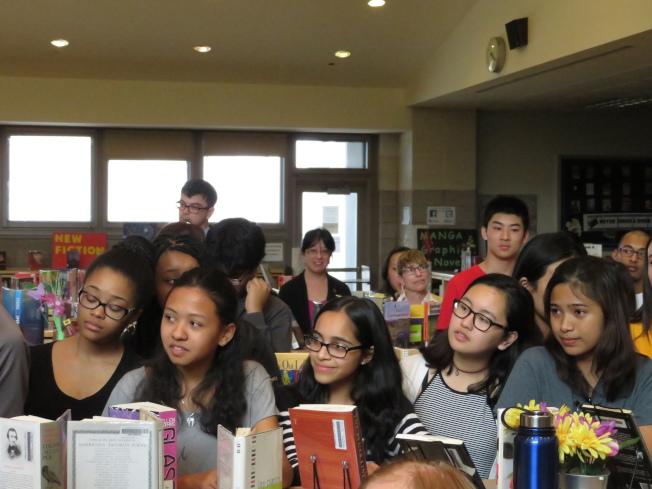 學生認真等待宣布新校長人選,聽到結果後十分開心。(記者陳小寧/攝影)