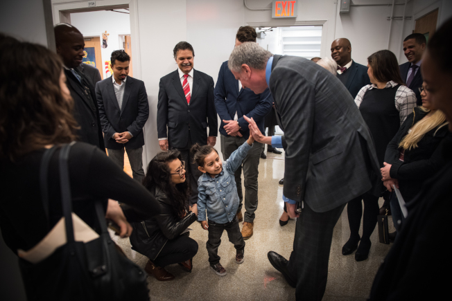 白思豪向男童Adrian宣布喜訊,開心擊掌。(市長辦公室提供)