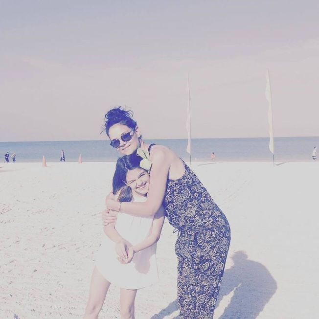 凱蒂荷姆斯(右)與蘇蕊在海邊度過復活節假期。(取材自Instagram)