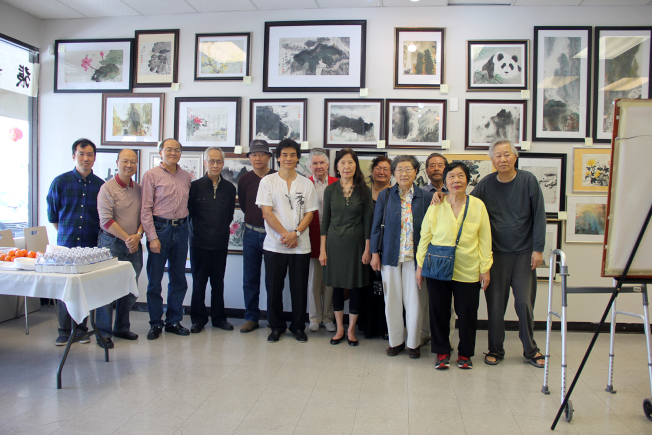 張如峰(左六)與亞城美術協會成員合影。(章慧娟/攝影)