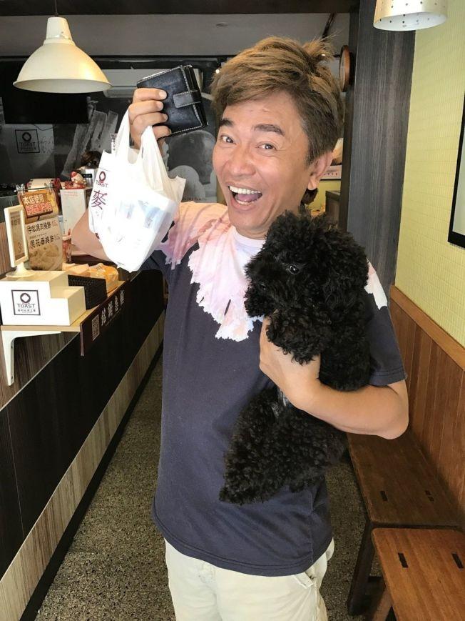 吳宗憲帶著寵物狗「Bingo」下樓買早餐。(記者葉君遠/攝影)