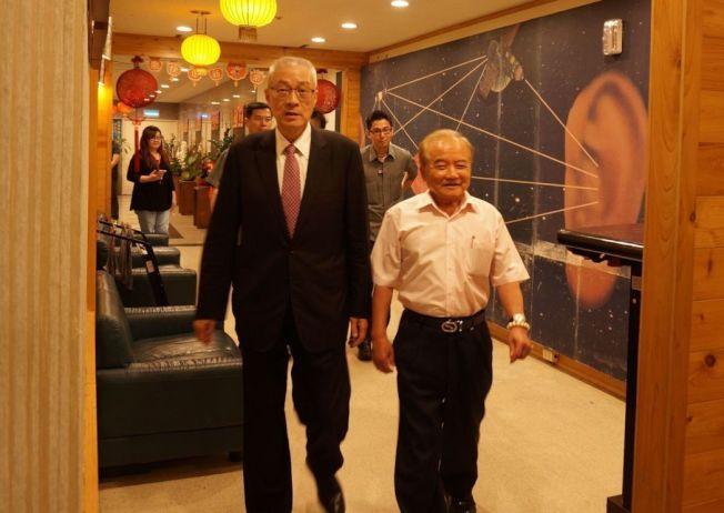 前副總統吳敦義(左)今下午接受廣播專訪,吳敦義說,2020總統大選,國民黨不排除找黨外,親自上陣是最後選擇。記者洪敬浤/攝影