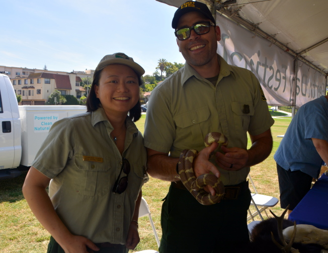 天使國家森林公園的工作人員陳沁伶(左)和同事。(記者張宏/攝影)