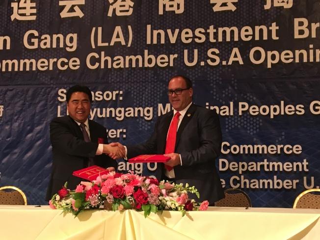 連雲港代表團團長項雪龍(左)和聖伯納汀諾縣縣長海格曼簽訂友好城市。(記者張宏/攝影)