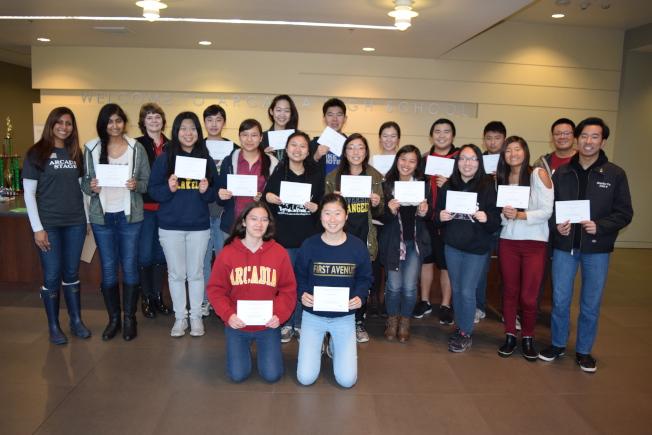 亞凱迪亞高中25學生入圍2017國家績優獎學金決賽,笑得開心。(亞凱迪亞學區提供)
