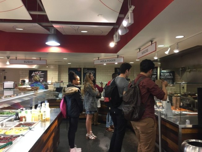 「grocerant」的食物區,不少學生排隊等待現做食物。 華盛頓記者張加/攝影