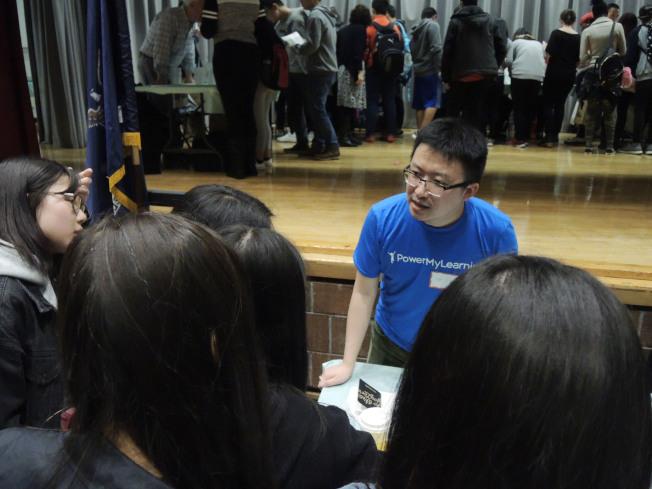 劉健向華裔學生講述自己的成長經歷,鼓勵他們追逐夢想。(記者俞姝含/攝影)