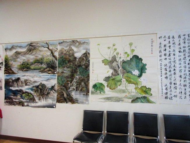 全美青少年國畫書法比賽參賽作品琳瑯滿目,現正在僑教中心展出。(中華表演藝術基金會提供)