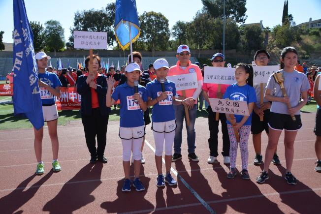 普慕納中文學校學生許菲、許薇代表參賽者宣誓。(記者啟鉻/攝影)