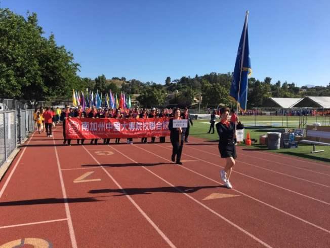 第27屆海華體育季暨第37屆美國華人運動會29日在核桃高中體育場舉行,圖為參賽隊列隊入場。(記者啟鉻/攝影)