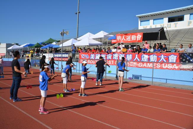 喜瑞都中文學校學生在開幕式上表演扯鈴。(記者啟鉻/攝影)