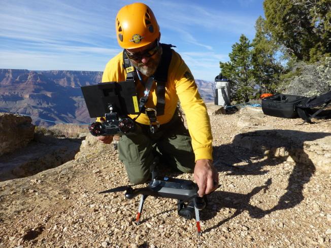 搜查救人员利用无人机,找失踪的史坦德福和祖母。(美联社)