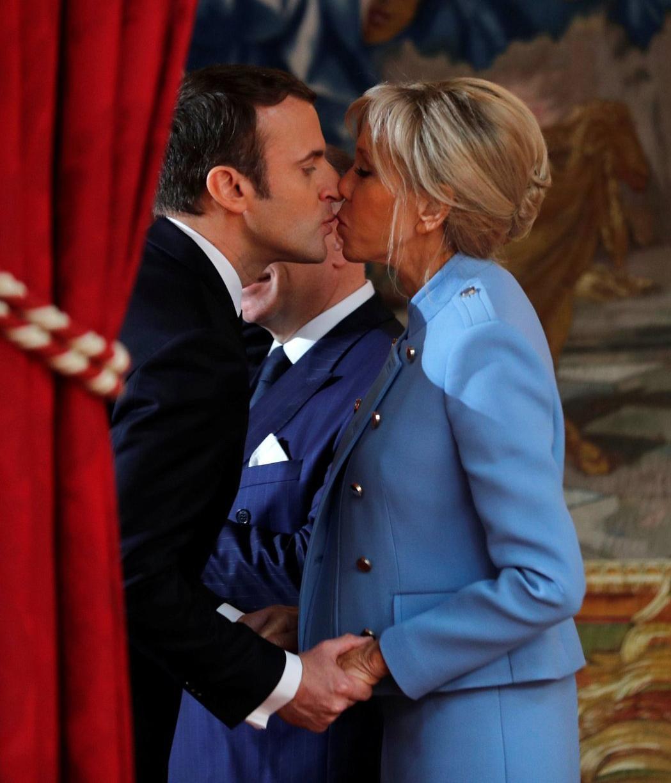 法國14日於總統府舉行總統交接儀式時,總統馬克宏與第一夫人布莉姬執手相互親吻,慶祝歷史性的時刻。路透