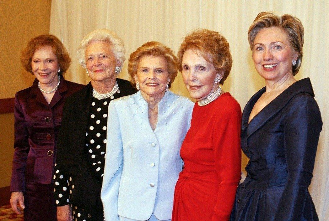 2003年一次第一夫人聚會中,五任美國第一夫人合影,右起為希拉蕊、南西、福特夫人貝蒂、老布希夫人芭芭拉及卡特夫人羅莎琳。(Getty Images)