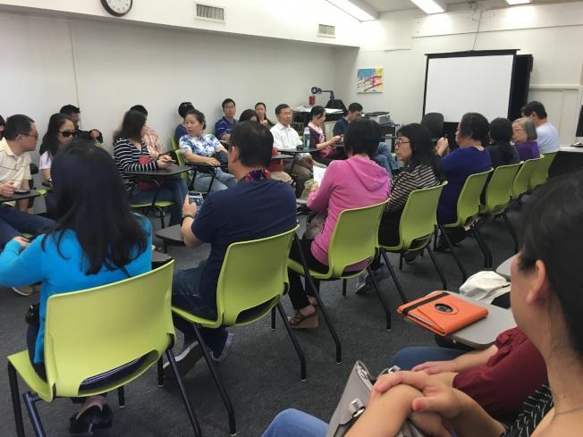 華人家長聚集華夏中文學校商討對策,決定聯名簽署請願信,盼學區給予審核緩衝期。(記者陳良玨/攝影)